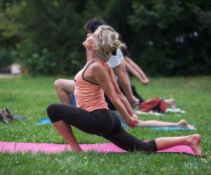 Joséphine fait du yoga