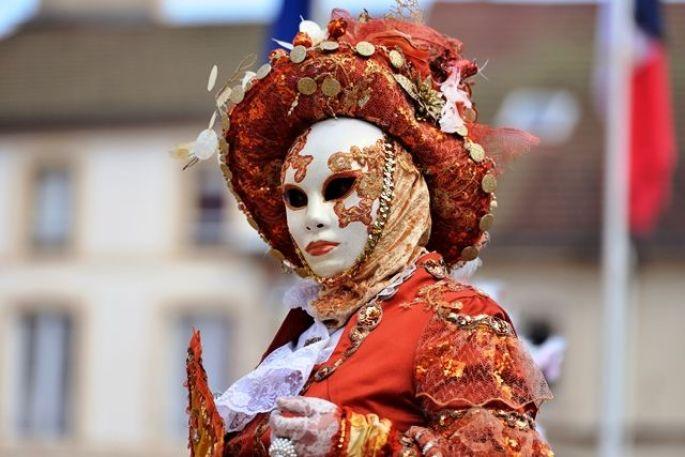 Les fascinants costumes du Carnaval de Venise à Remiremont