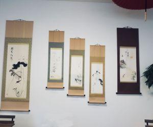 Exposition de haïga en commémoration du décès de Hôsai, par Manda