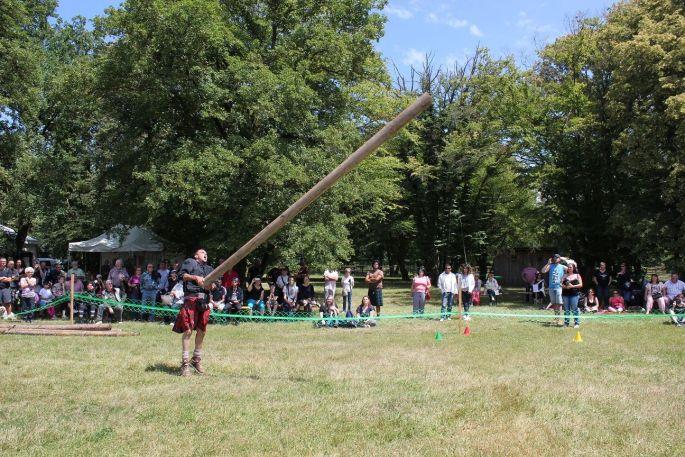 Lancer de tronc: l\'épreuve reine des Highland Games. L\'objectif est d\'envoyer un tronc d\'arbre (de plus de 4m de long) devant soi et de lui faire faire un demi-tour complet. Si le tronc retombe dans l\'axe de son lanceur, le lancer est parfait.