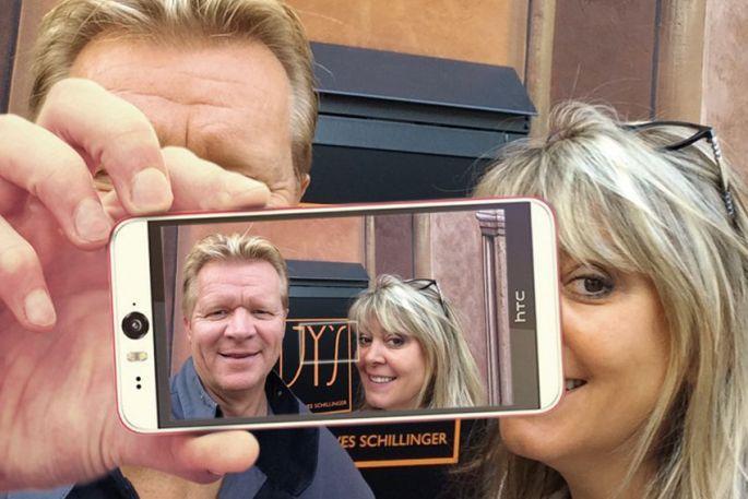 Jean-Yves Schillinger et sa femme Kathia, devant le JY\'S : le chef était ravi de répondre à des questions \
