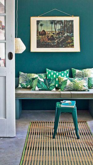 Mêlez coussins aux motifs géométriques et végétaux comme chez Sanderson