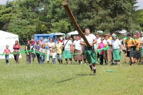 Le lancer de tronc, une épreuve de force des plus spectaculaires !