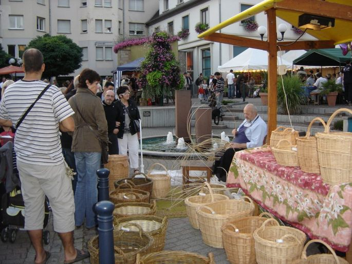 A l\'image de ce vannier, de nombreux artisans montrent leurs savoir-faire lors de la Nuit artisanale à Niederbronn les Bains