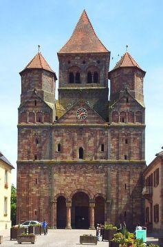 L\'abbaye de Marmoutier dresse toujours son impressionnante façade romane, plus de 1600 ans après sa fondation.