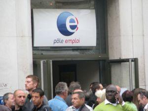 Pôle Emploi est l\'organisme public qui met en relation chômeurs et employeurs.