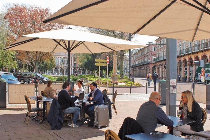 Les terrasses ensoleillées sont de retour sur les places centrales du Nouveau Quartier