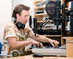 A toute heure de la journée, animateurs et DJs se relayent pour vous offrir les émissions de radio que vous aimez.