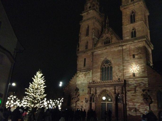 La Münsterplatz avec son sapin et ses habits de lumière pour Noël à Bâle