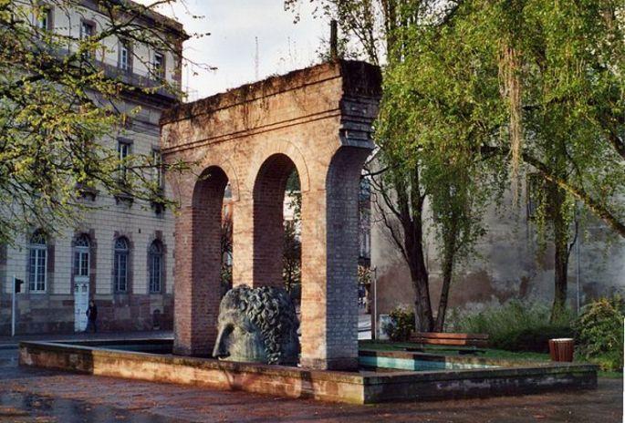 La sculpture de Tomi Ungerer trône entre la place Broglie et les quais