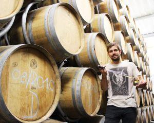 Arnaud Meyer, au milieu de ses 650 fûts de whisky alsacien