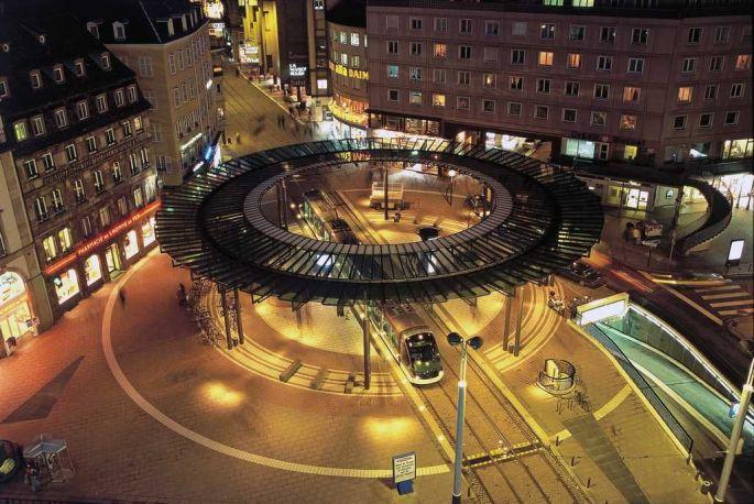 La place de l\'Homme de Fer vue d\'en haut, où presque tous les trams de Strasbourg se croisent