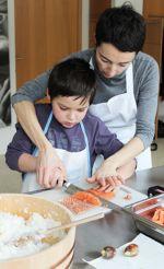 Aujourd\'hui, on fait des maki et la découpe du saumon s\'avère délicate
