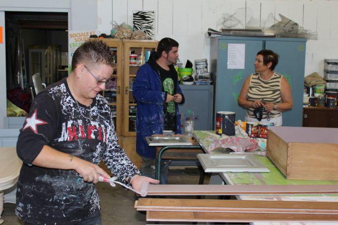 Dix personnes travaillent à l\'Atelier du Beau pour donner une seconde vie à de vieux meubles