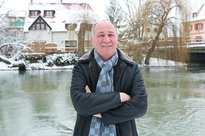 Le chef triplement étoilé Marc Haeberlin dans les jardins enneigés de son restaurant