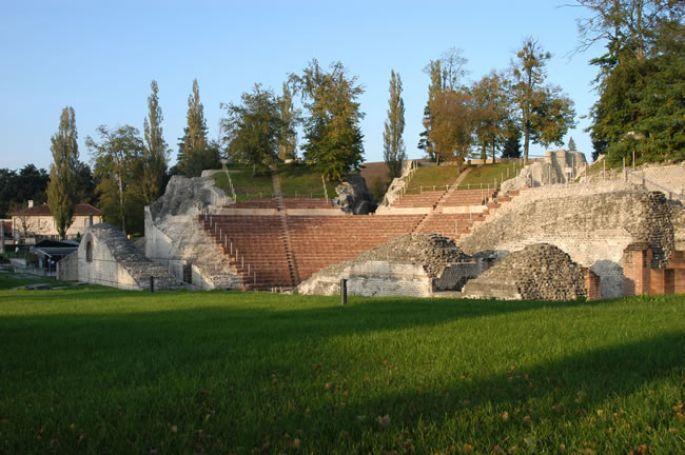 <p>Aucun autre théâtre romain au nord des Alpes n'est aussi bien conservé que cet imposant monument d'Augusta Raurica - Photo Augusta Raurica, tirée de www.augusta-raurica.ch</p>