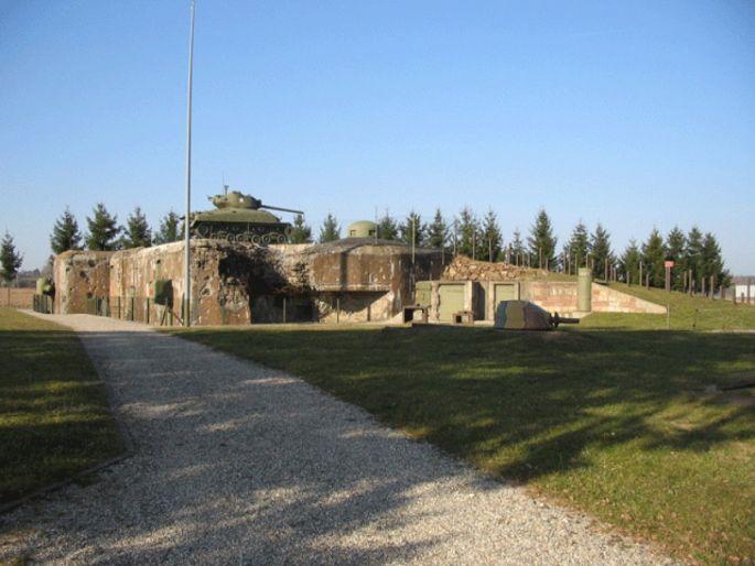 Avec son char Sherman sur le toit et ses stigmates, la casemate Esch est un efficace lieu de mémoire