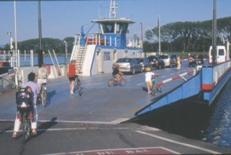 Bac automoteur passage du Rhin, à Rhinau