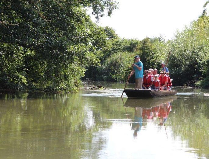 Le calme des eaux alsaciennes, lors d\'une promenade en barque à fond plat