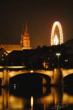 La grande roue de la Fête foraine de Bâle domine la ville