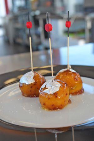 Décorez les bonbons de foie gras avec une feuille d\'argent pour donner un côté plus festif