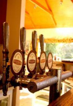 La brasserie est à l\'origine le lieu de production de la bière, mais le terme désigne aussi certains restaurants