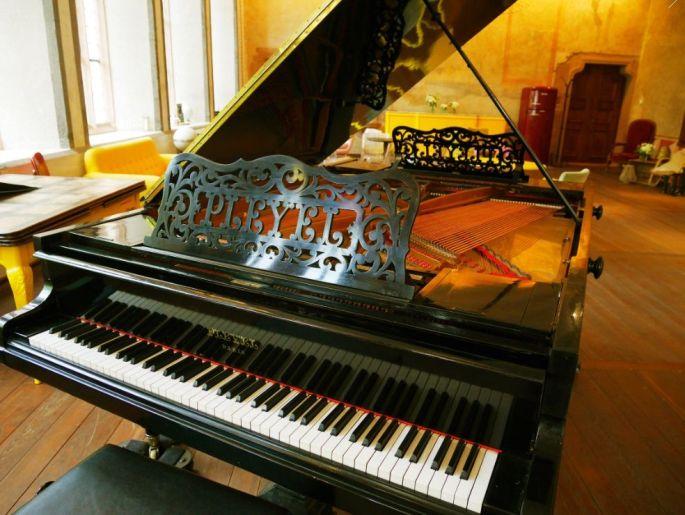 Brunch romantique sur piano Pleyel