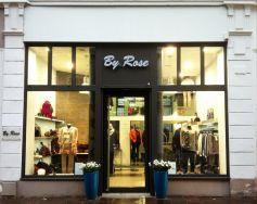 La devanture de la boutique de prêt-à-porter féminin By Rose