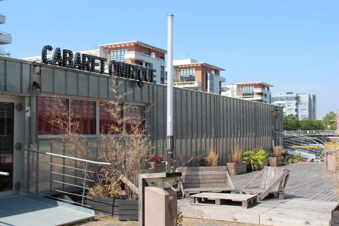 L\'entrée du cabaret Onirique, sur une péniche accostée au quai Malraux