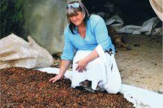 Carine Hutt dans l\'usine de production d\'huile d\'argan au Maroc