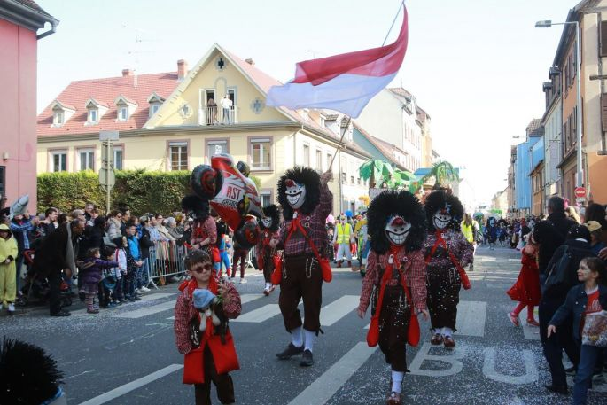 Les rues de Colmar sont envahies par les chars et les costumés !