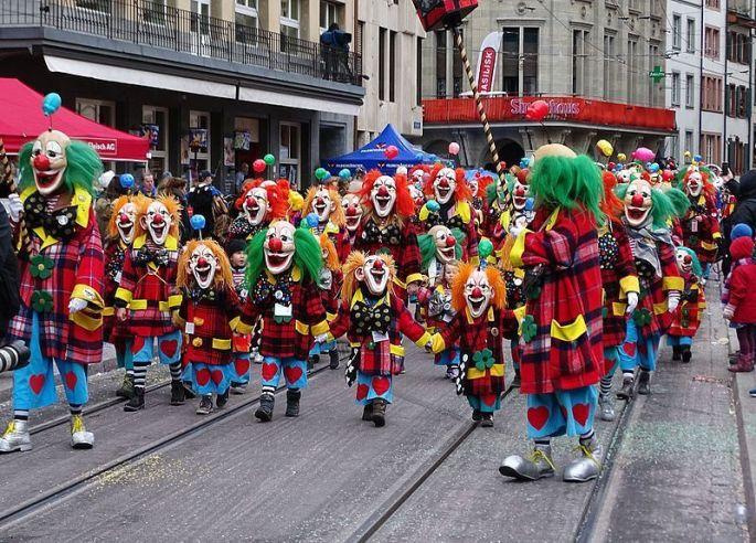 Le défilé du Carnaval dans les rues à Bâle