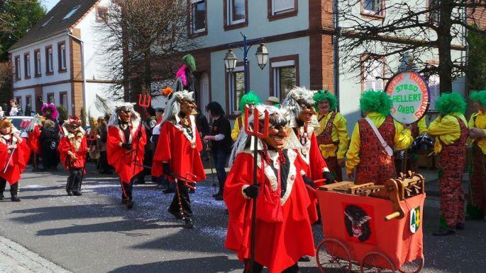 Les groupes défilent dans les rues de Reichshoffen lors de la Cavalcade de Carnaval