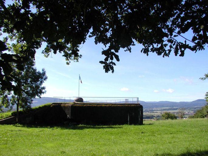 Une des casemates restaurées de Bettlach, dominant la vallée.