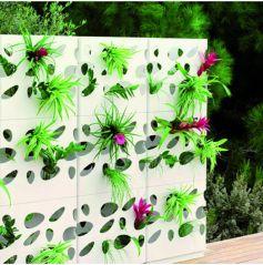 Ces pots en plastique résistants aux UV s'emboîtent à l'infini pour former une cloison, où les plantes poussent dans les ouvertures. Jardinières Garden Wall de Viteo - 106€ l'unité (prix indicatif)