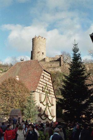 Vue sur le château de Kaysersberg depuis le village du même nom.