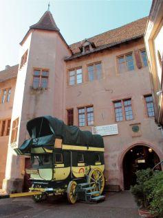 Chateau des Comtes de Wurtemberg Montbéliard à Riquewihr qui abrite le musée de la Communication en Alsace avec la Diligence 1830, le plus grand véhicule qui a circulé sur les routes de France