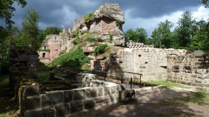 Le Château du Schoeneck se situe entre Dambach et Neubois dans le département du Bas-Rhin