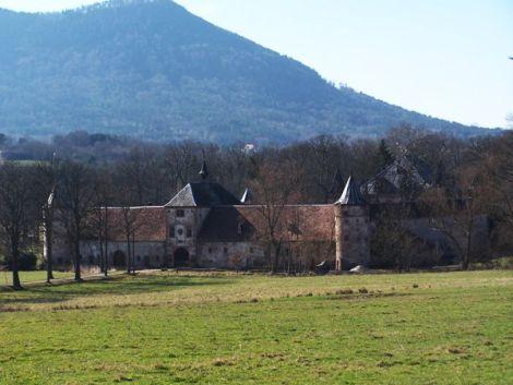 Le château de Thanvillé accueille le visiteur à l\'entrée de la vallée de Villé