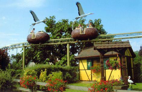 Le monorail surélevé offre la vision d\'une cigogne sur tout le parc Cigoland en Alsace