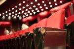 Les sièges rouges d\'une salle obscure, élément déterminant de la magie du cinéma.
