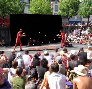 En plein air, les artistes de la compagnie Pas vu pas pris interprètent leur spectacle Les Moldaves