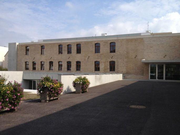 La Cité Danzas est un ancien entrepôt restructuré pour accueillir des artisans d\'art à Saint-Louis