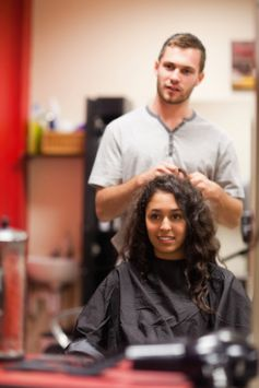 Un bon coiffeur peut vous conseiller sur la meilleure coupe à adopter