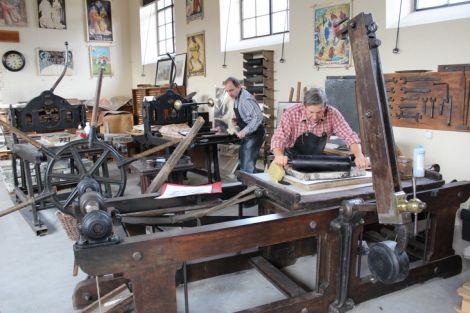 Tom Borocco partage son savoir-faire avec des jeunes passionnés dans  le Conservatoire des arts techniques graphiques de Ribeauvillé