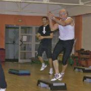 Match : Cours de fitness avec prof vs. Cours de fitness devant l'écran ?