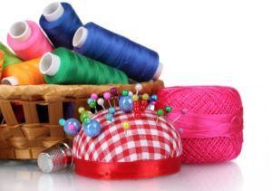 Aiguilles, fils de couleurs ou rubans, vous meilleurs alliés pour maîtriser l\'art de la couture