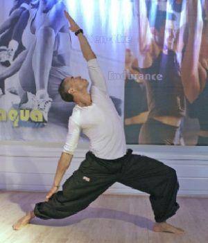 Dans un cours de bodybalance, les mouvements sont lents, précis et amples pour faire travailler tout le corps