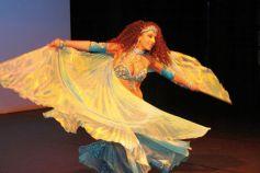 La danse du voile avec une danseuse du centre artistique de danse orientale à Mulhouse