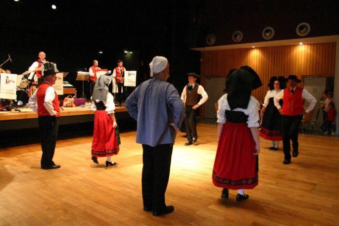 Danseurs et danseuses en costume présentent les danses traditionnelles d\'Alsace à Chatenois
